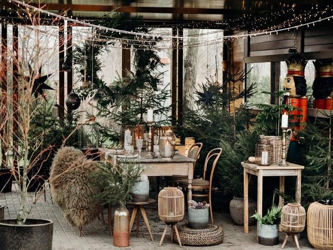 dekoracje ogrodowe wśród zielonych roślin