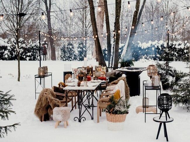 Meble ogrodwe w zimowym ogrodzie wśród śniegu
