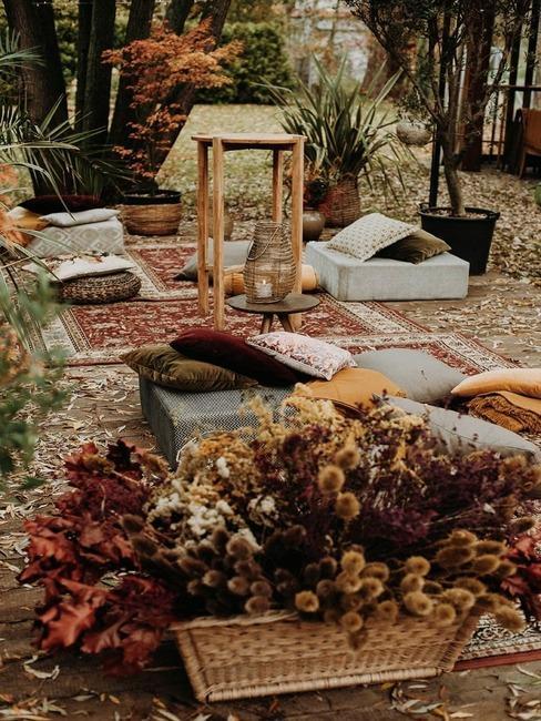 jesienny ogród przygotowany na garden party z meblami ogrodowymi