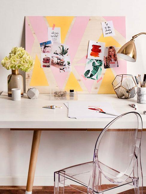 PAstelowy moodboard na białym biurku