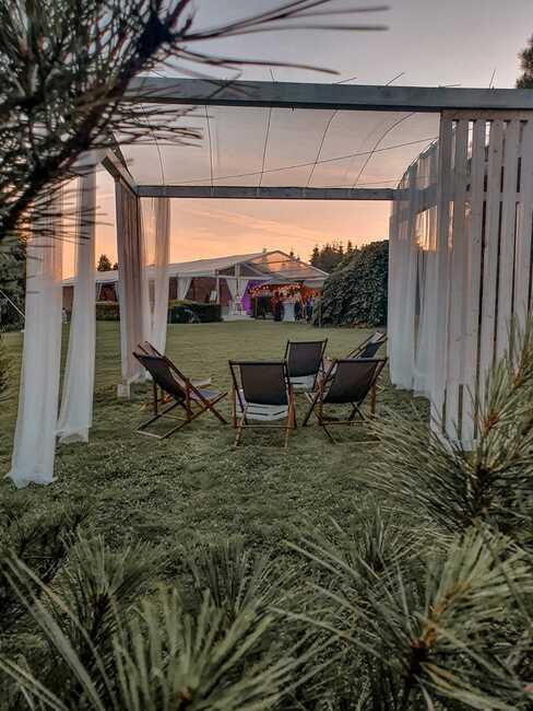 biały dach tymczasowy w ogrodzie na garden arty
