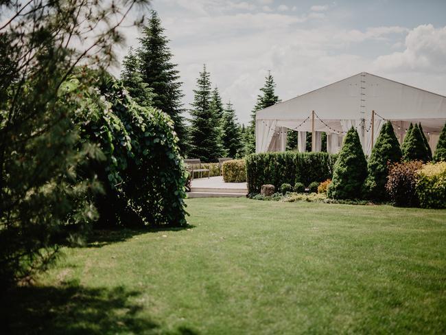 biały namiot weselny w ogrodzie francuskim