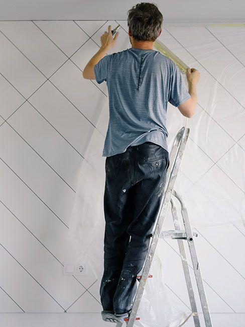 Mężczyzna przygotowujący ścianę do malowania