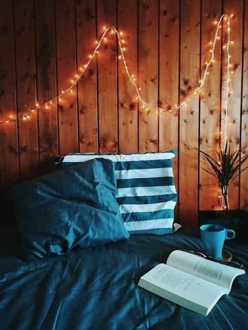 Drewniana boazeria ozdobiona girlandą w sypialni