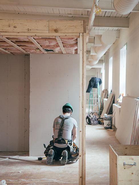 Mężczyzna remontujący mieszkanie