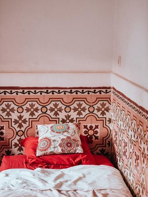 Łóżko, w tle interesująca ściana
