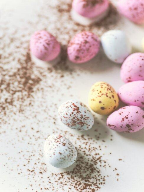 Wielkanocne kolorowe mini pisanki rozrzucone na stole