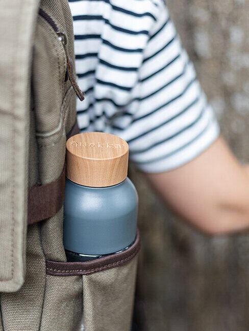 Butelka na wodę w plecaku dziecka