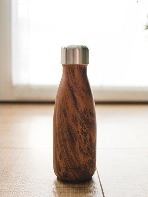 Butelka na wodę obudowana drewnem