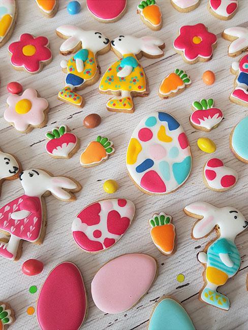 Ciasteczka w wielkanocnych kształtach i kolorach