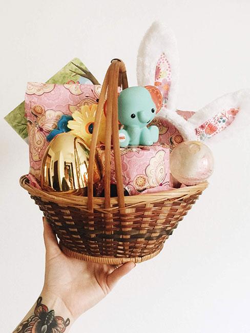 Koszyczek w dekoracjami i prezentami wielkanocnymi