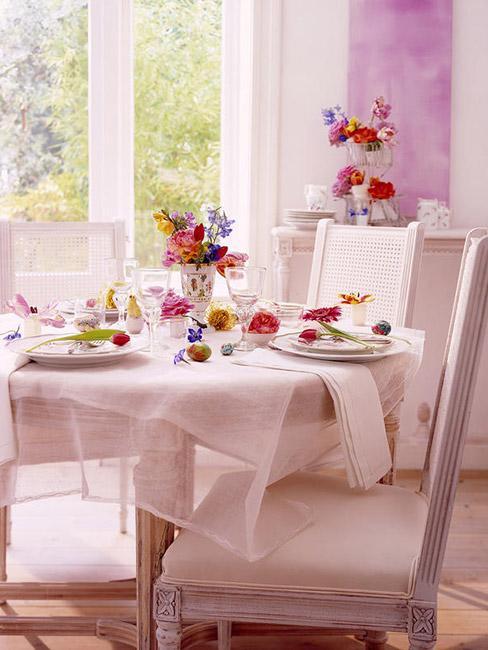 Romantyczny stół wielkanocny w bieli i różu