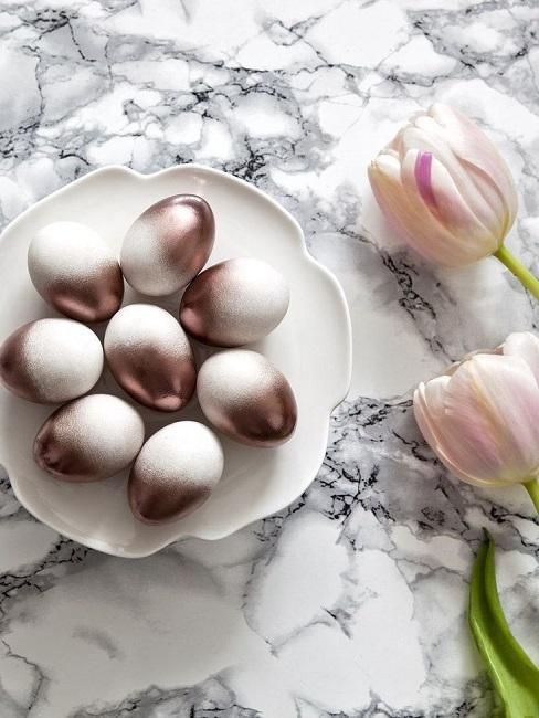 Pozłacane jajka na białym talerzu