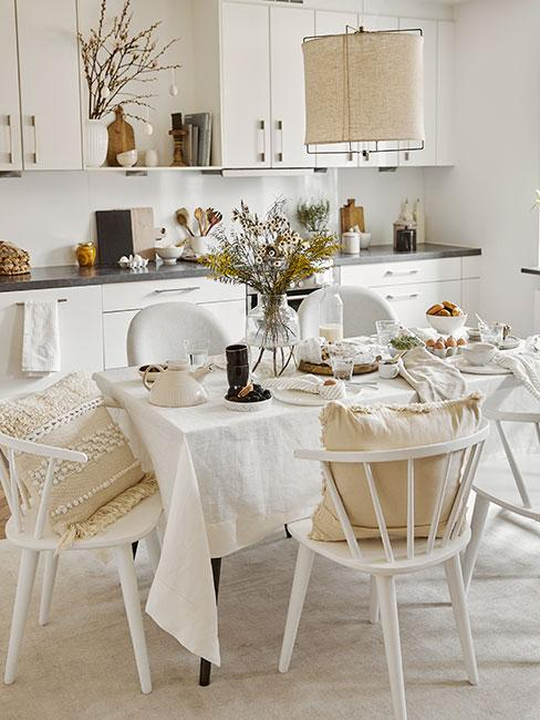 minimalistyczny wielkanocny stół z nutą skandi w bieli