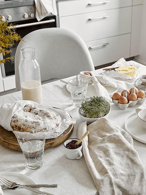 zbliżenie na minimalistyczny wielkanocny stół z nutą skandi w bieli