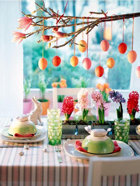 Kolorowy wielkanocny stół