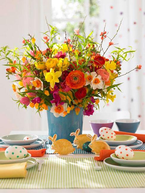 Kolorwy bukiet kwiatów na kolorowym stole wielkanocnym