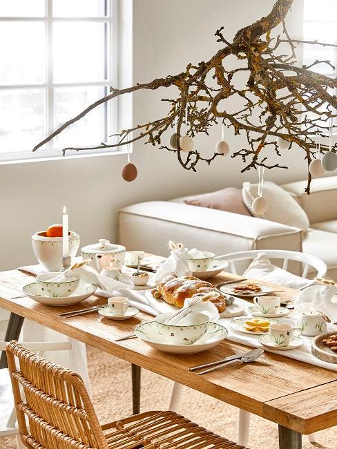 Naturalny stół wielkanocny z białą zastawą