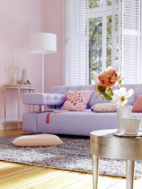 pastelowy salon z fioletową sofą