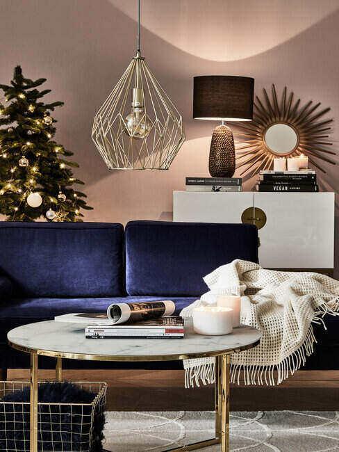 Przytulne wnętrze z lampą nad kanapą