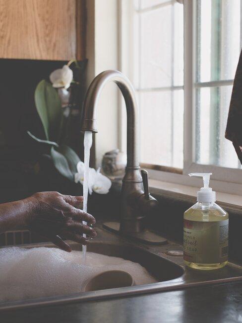 Mycie naczyń w zlewie