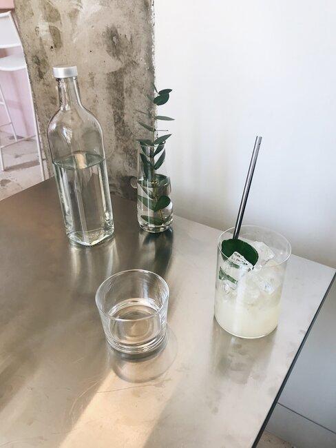 Szklana butelka z wodą i dwie szklanki