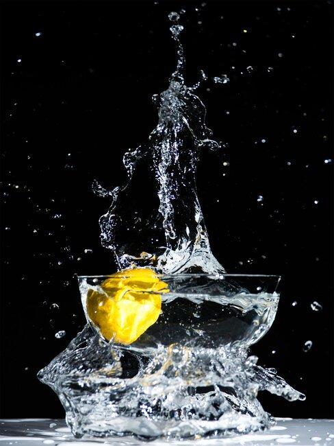 Szklanka z wodą i kawałkiem cytryny