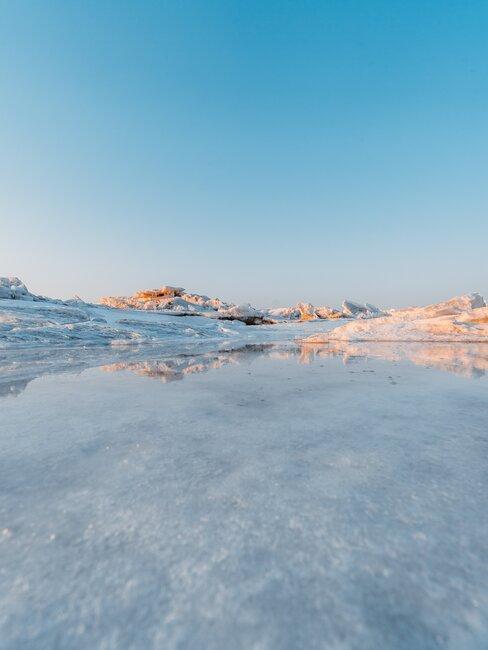 Krajobraz arktyczny, zamarznięta woda i lodowce w tle