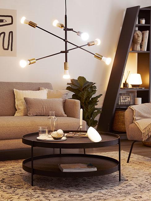 Elegancko oświetlony pokój w przytulnym domu