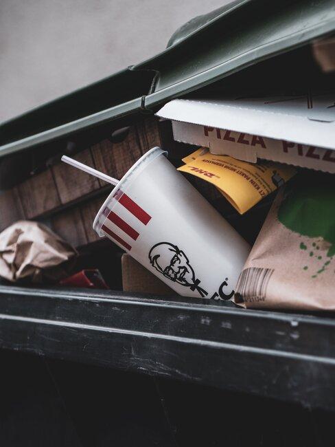 Kosz ze zmieszanymi śmieciami, porady jak segregować śmieci
