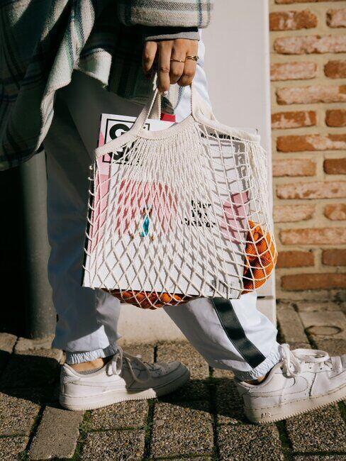 Osoba z materiałową torbą