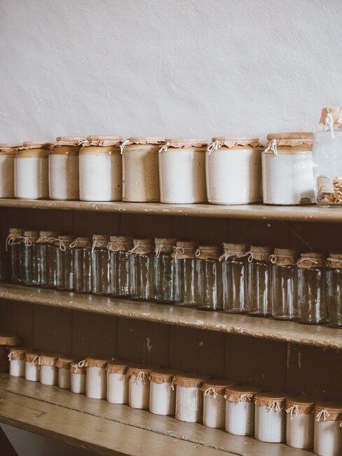 Rzędy słoików na półce, koncept less waste