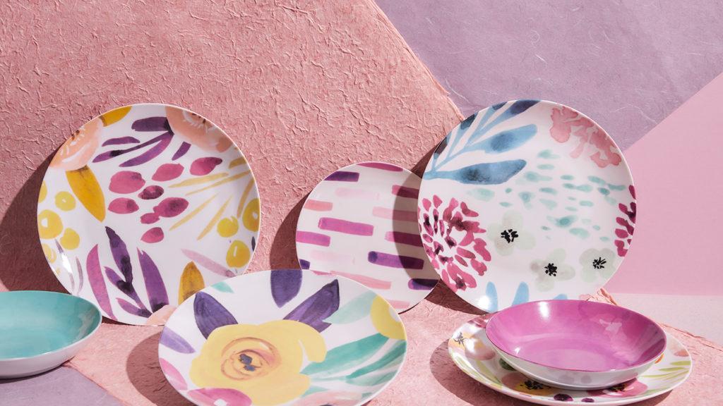 Pastelowe tło na pulpit z kolorową zastawą stołową