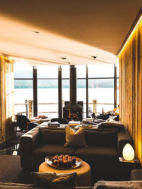 Salon óświetlony popołudniowym słońcnem z panelami drewnianymi na ścianie
