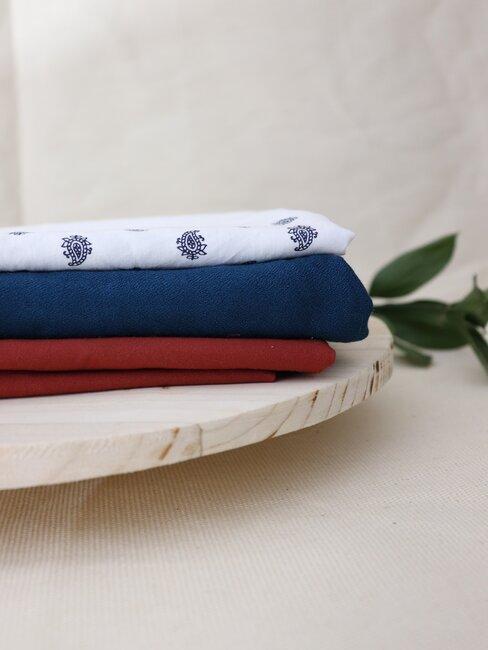 Bawełniane ręczniki leżące na stole