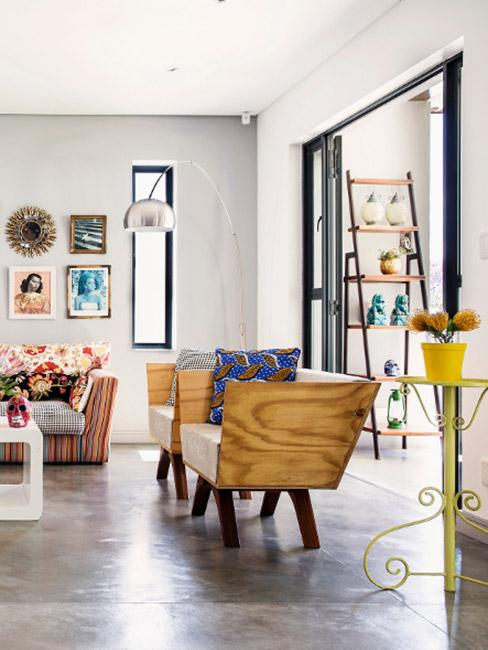 Duży salon w stylu eklektycznym z wykładziną podłogową