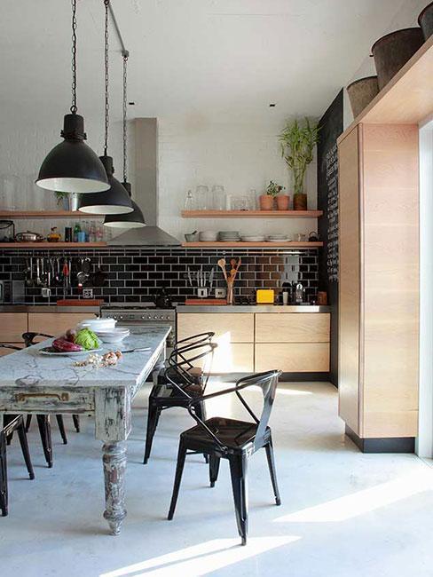 Duża kuchnia z jadalnią w jasnym drewnie z białą podłogą