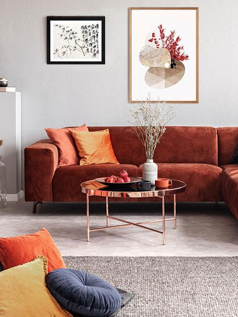 Salon z bordową kanapą i szarymi ścianami
