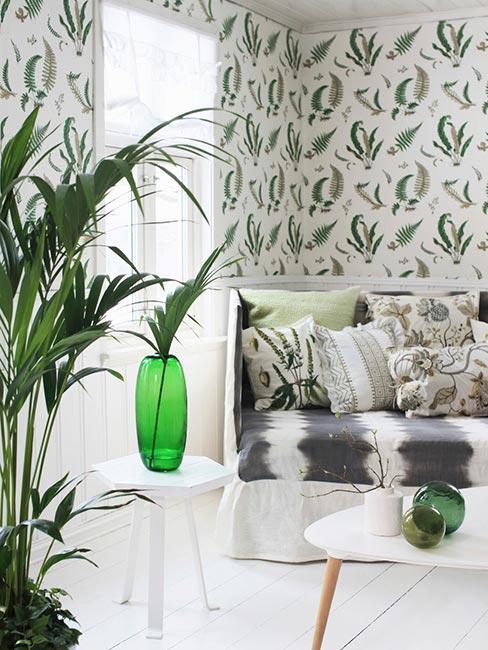 Jasny salon z białą podłogą i wzorzystą tapetą w zielone liście