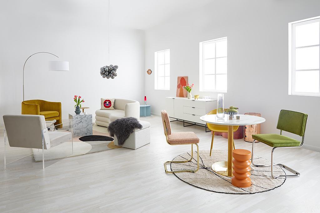 Jasny salon w stylu eklektycznym z kolorowymi elemntami