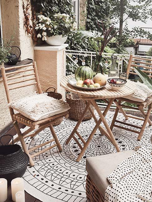 mały balkon z jasnymi meblami z bambusa w stylu boho