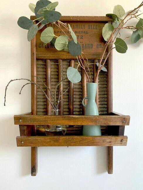 Drewniana półka z wazonem