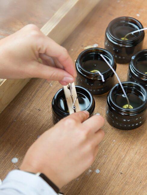 Ręcznie robione świeczki w małych słoikach