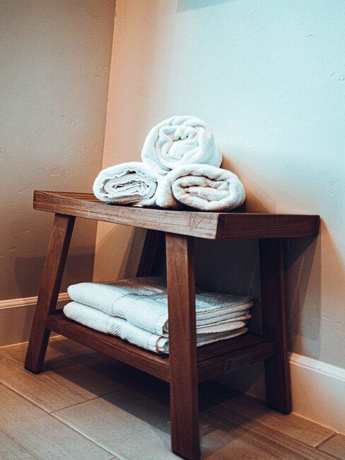 Ręczniki ułożone na drewnianym stołeczku