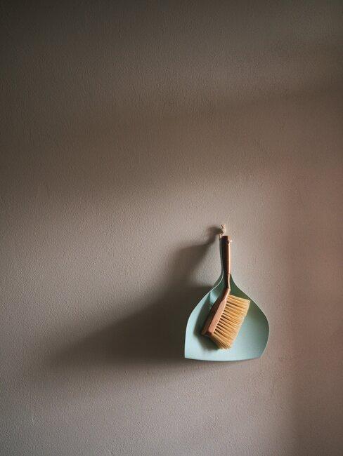Ekologiczne środki czystości: szczotka zawieszona na ścianie