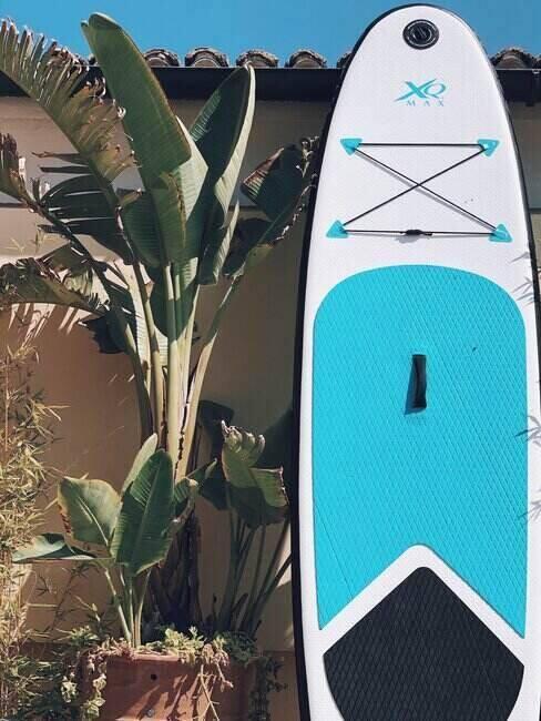 Deska surfingowa oparta o ścianę