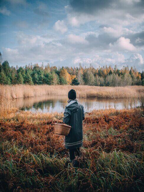 Kobieta z koszem patrząca na jezioro