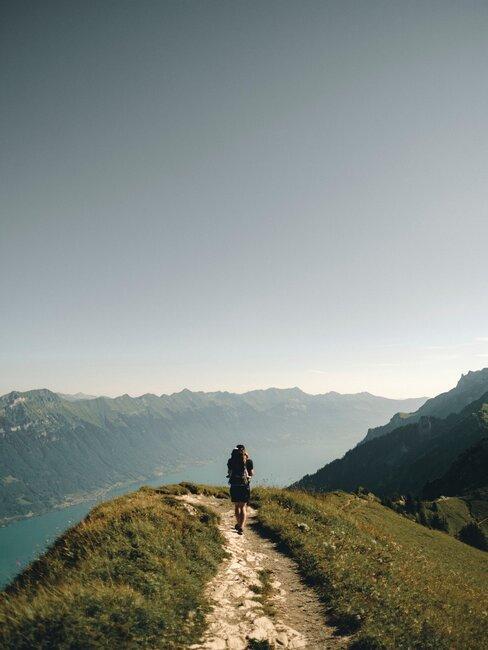 Osoba na szlaku w górach