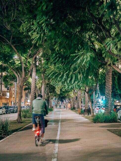 Turysta jadący na rowerze