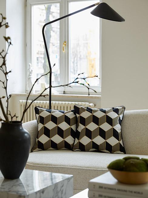 zbliżenie na poduszki ze wzorem retro na białej sofie